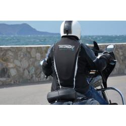 Nuevo Chaleco Airbag  electrónico e-Turtle Negro Helite. Plano general sobre una moto